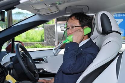 受話器のコードは、通常の公衆電話の2倍の約140cmあります。