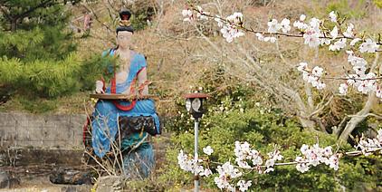 コンクリート像と桜